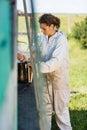 Apicoltore preparing smoker for che rimuove miele Immagini Stock Libere da Diritti