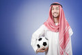 Arabe avec le football dans le tir de studio Photos libres de droits