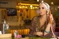 Árabe chica tubo en café compras