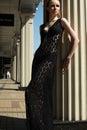 Arbeiten Sie draußen Porträt des schönen Frauenbaumusters im schwarzen Spitzen- Luxuskleid um Stockfotografie