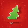 Arbre de sapin sur de rouge un fond snowly Photos libres de droits