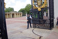 Armed security guards protect entrance to buckingham palace Royalty Free Stock Image