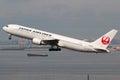 Aéroport de tokyo haneda d avion de japan airlines boeing Photos stock