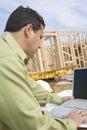 Arquitecto de sexo masculino working on laptop Imagenes de archivo