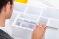 Arquitecto measuring house model Fotografía de archivo