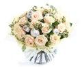 Arranjo de flor com rosas e as conchas do mar de creme um vaso de vidro transparente isolado no fundo branco composição floral Foto de Stock