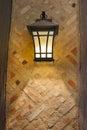 Artisan style exterior lamp sur le mur extérieur Image libre de droits