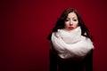 Bohémsky portrét krásny bruneta bohémsky kozmetické prostriedky šatka