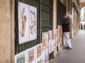 Artysta wiesza jego obrazy na odprasowywa kratownicę paryż francja Fotografia Stock