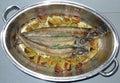Ase los pescados de los arenques en un crisol Fotos de archivo