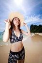 Asijský žena relaxační na pláž