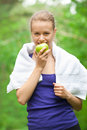 Athlete woman eating apple Royalty Free Stock Photos