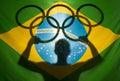 Athleten holding olympic rings brasilianer flagge Stockbild