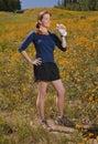 Athletische Frau, die eine Wasserflasche anhält. Lizenzfreie Stockfotografie