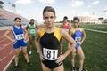 Atleta fêmea standing on field Imagens de Stock