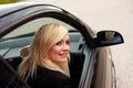 Atraktívne blondínka žena vodič
