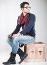 Attraktiv man som poserar i studion Royaltyfri Bild