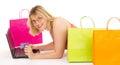 Attraktives Fraueneinkaufen über dem Internet Stockfotografie