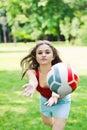 Attraktives Mädchenspiel mit Kugel Lizenzfreies Stockfoto