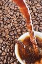 Auslaufender Kaffee und Kaffeebohnen Stockbilder