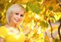 Autumn cheerful woman folhas louras da menina e do amarelo retrato Fotos de Stock Royalty Free