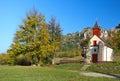 Jesenná krajinka s kaplnkou