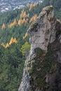 Jesenná krajina so skalou