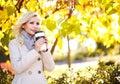 Autumn woman com copo de café queda menina bonita loura Fotos de Stock Royalty Free