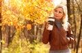 Autumn woman con la taza de café caída muchacha hermosa rubia Imagen de archivo
