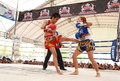 Ayutthaya thailand mars thailändsk boxningmatch för kvinnor mellan yordying thailändska sithmuaysiam vs lite tigern japan på Royaltyfria Foton