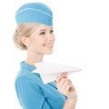 Azafata encantadora holding paper plane a disposición aislado en blanco Fotos de archivo
