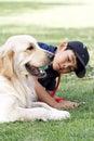 Aziatische jongen en zijn hond Stock Afbeeldingen