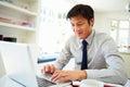 Aziatische zakenman working from home op laptop Royalty-vrije Stock Afbeeldingen
