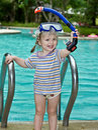 Baby in de blauwe pool van maskerbladeren. Stock Foto