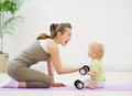 Dieťa pomáhame matka zdvíhanie