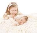 Babymeisje en pasgeboren jongen zuster little child en slaapbroer new born kid verjaardag in familie Stock Fotografie