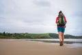 Batôžkára cestovateľ chôdze na opustený pláž