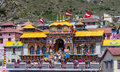 Badrinath temple pilgrims entering the of in the indian himalayan state of uttarakhand Stock Images