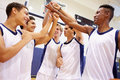 Baloncesto masculino team having team talk de la high school secundaria Imagenes de archivo