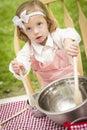 Bambina adorabile che gioca cuoco unico cooking Fotografie Stock