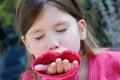 Bambina che dà un bacio della mano Fotografie Stock Libere da Diritti
