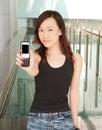 Bambina che mostra fuori telefono Immagini Stock
