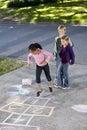 Bambini che giocano hopscotch Fotografie Stock Libere da Diritti