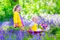 Bambini in un giardino con i fiori di campanula