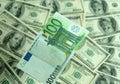 Banconota cento primi piani degli euro su una priorità bassa di Immagine Stock
