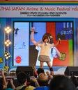 Bangkok thailand maart kazumi van sony music voert levend overleg in school eenvormig in de thais japan anime amp het festival van Royalty-vrije Stock Fotografie