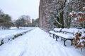 Bank im Park am schneebedeckten Winter Stockfotografie
