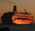 Barco de cruceros que sale del puerto Foto de archivo libre de regalías