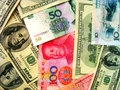 Bargeld: US-Dollar u. China RMB Stockfotos