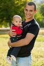 Barn avlar abd hans små son i park Fotografering för Bildbyråer